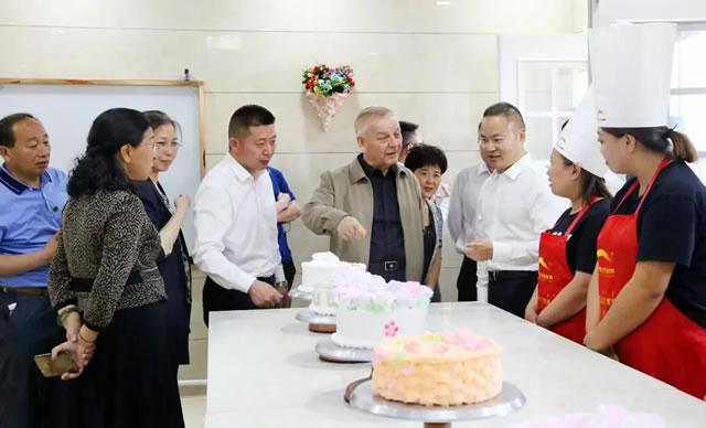 全国人大常委会副委员长艾力更・依明巴海走进新东方烹饪学校调研