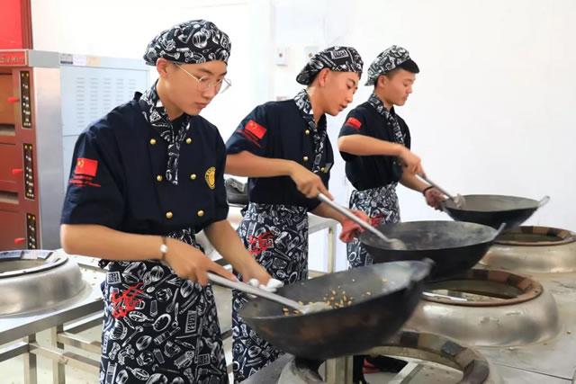 【新生专访】不甘平庸,不负梦想!街舞男孩的厨师梦!